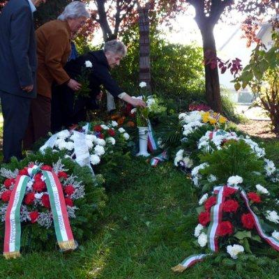 Koszorúzás az '56-os emlékműnél